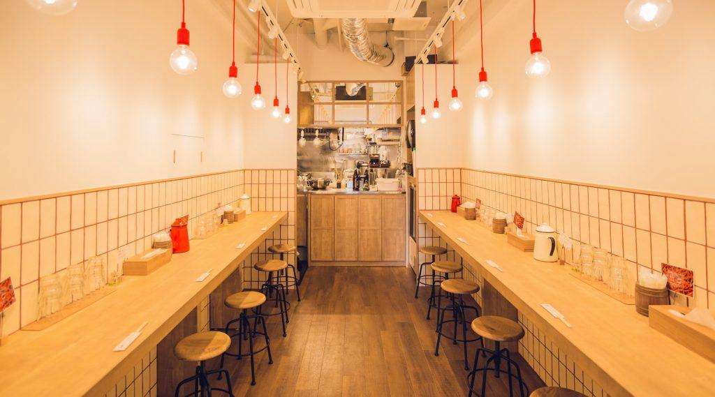 辛麵屋「一輪」目黒店の清潔感がある軽やかなイメージの内装デザイン。