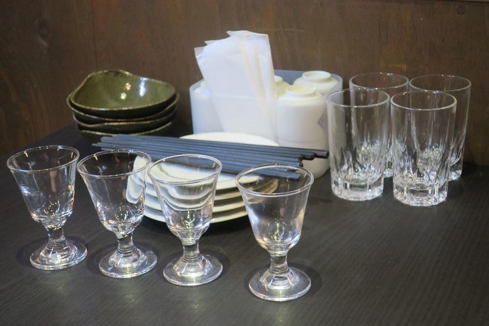 テーブル上のセッティングは清潔で整っている