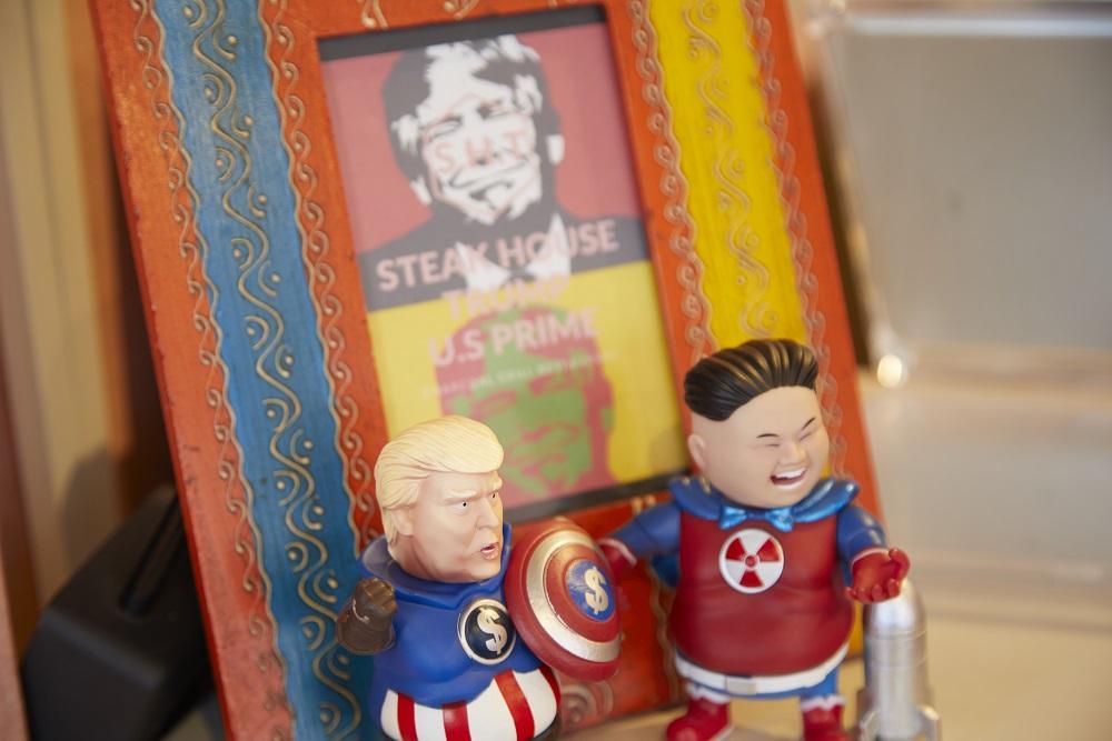 店内にもトランプ大統領のイラストやマスコットが並べられている