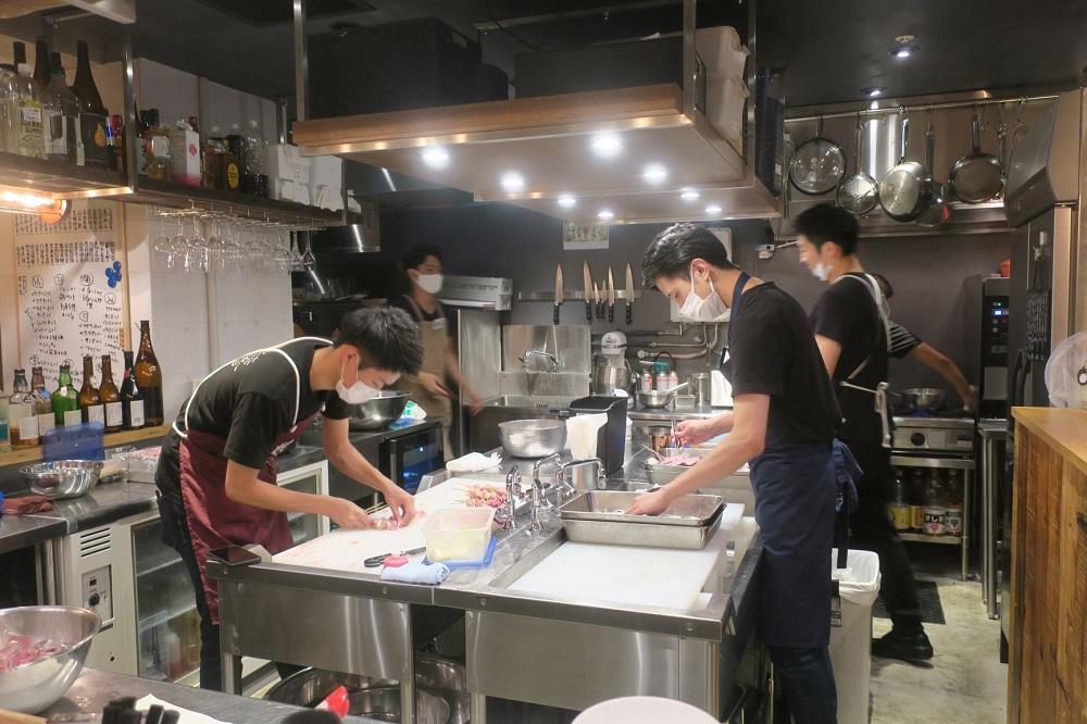 新宿エリアの社員が14時に一斉にCKに集まり17時過ぎまで集中して仕込みを行う
