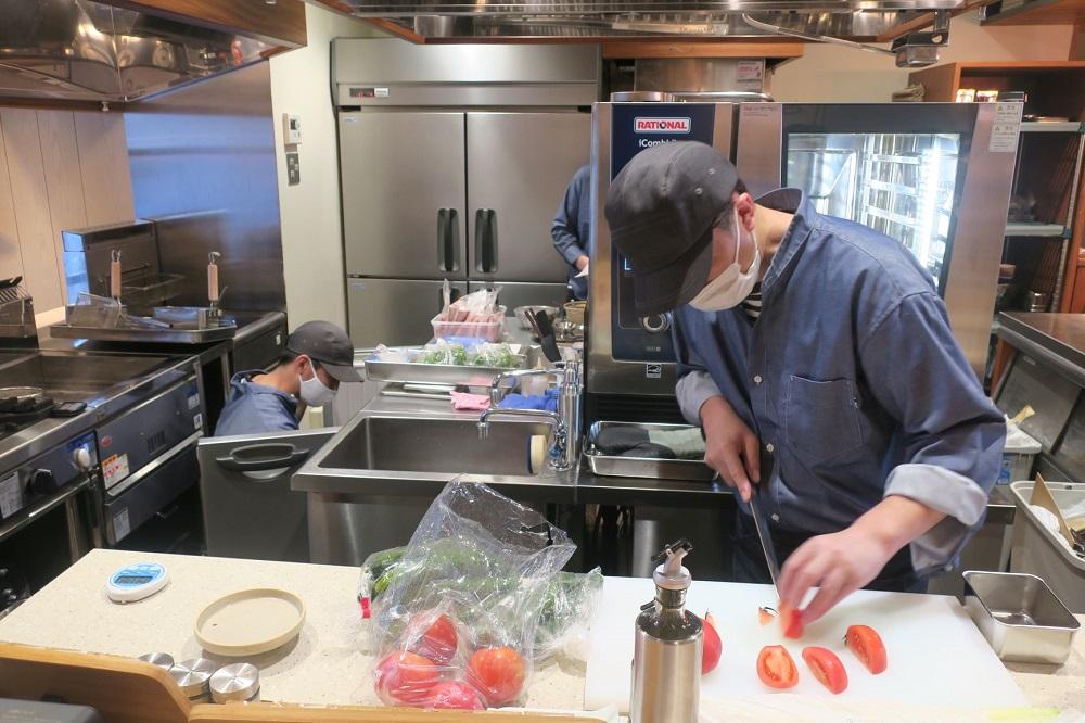 「キッチンクラウド」のモデル店舗である綱島店は路面店で店内の調理風景が見える