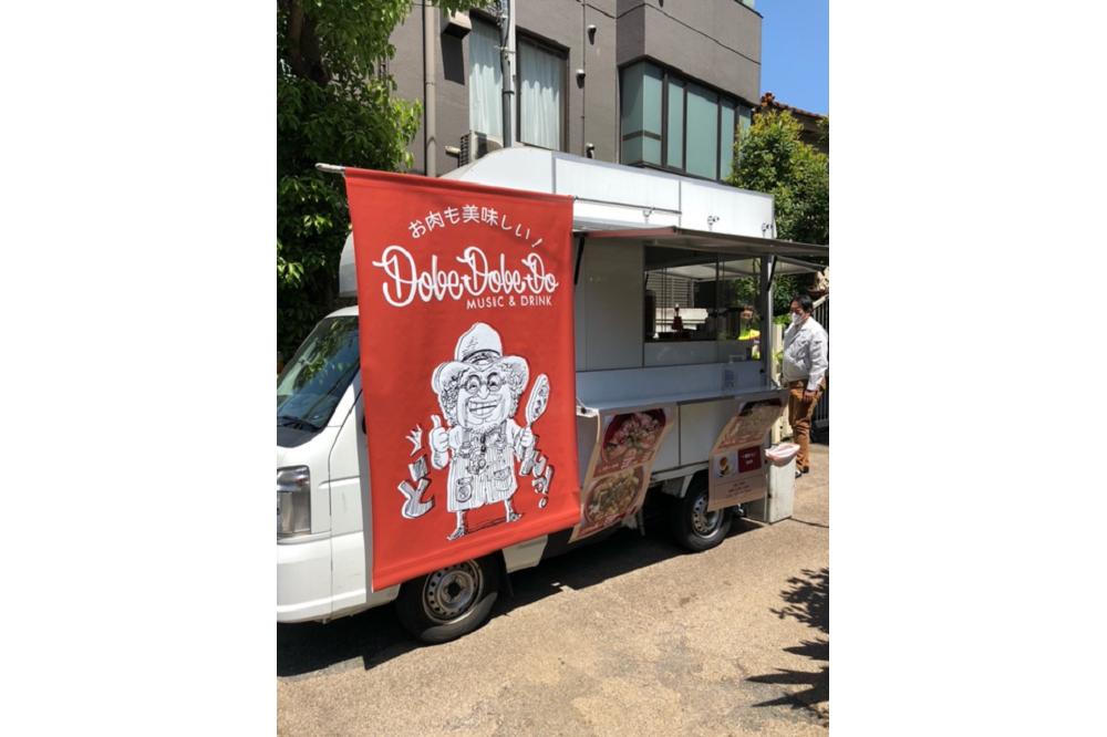 ステーキ丼を販売するバー&グリル「Music-Drink-Dobe-Dobe-Do」(東京・三軒茶屋)。